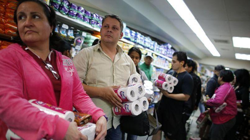 Des Vénézuéliens font la queue dans un supermarché de Caracas pour acheter du papier toilette.
