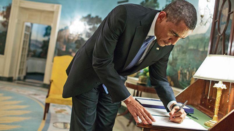 Dimanche, à la Maison-Blanche, Barack Obama signe l'approbation de crédits supplémentaires en faveur des victimes de l'ouragan Sandy, survenu fin octobre 2012.