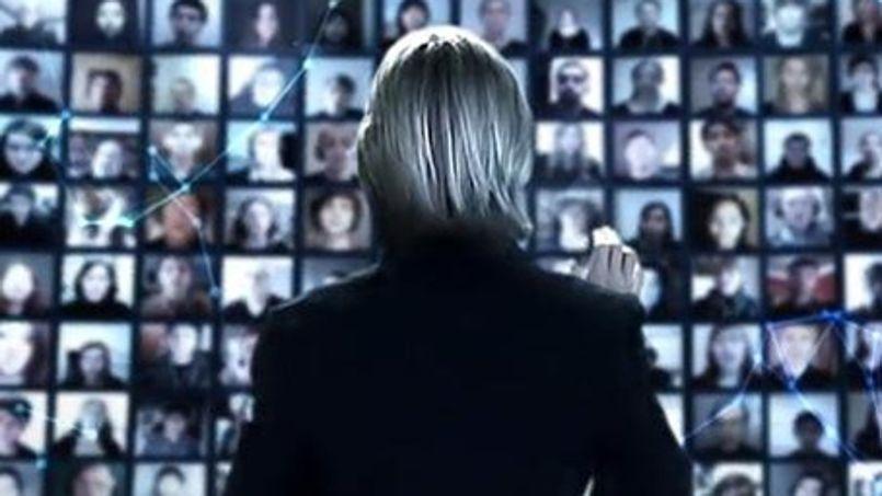 Le compositeur Eric Whitacre dirigeant sa chorale virtuelle composée de 6000 voix d'internautes de 101 pays différents.
