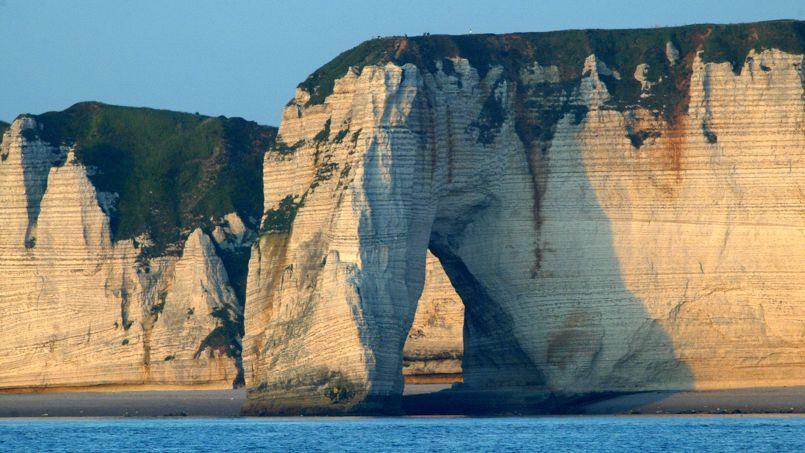 Les falaises d'Étretat, au large des côtés normandes, s'inscrivent dans le patrimoine français.