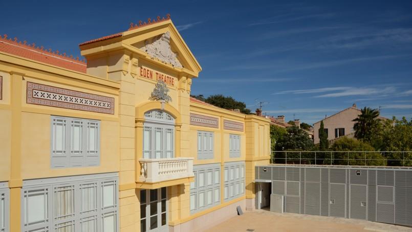 La façade, jaune ocre avec ses mosaïques, a été reconstruite.
