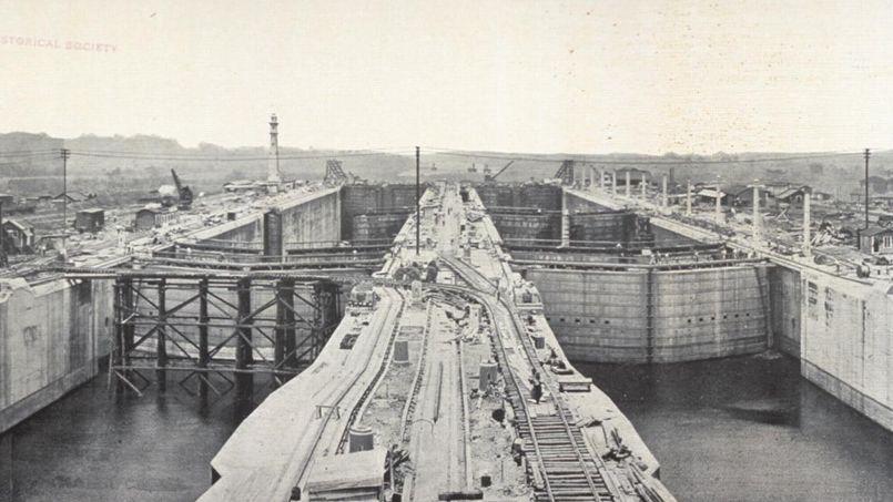 Le barrage Gatún a été édifié pour former un lac artificiel , qui couvre une grande partie du canal.