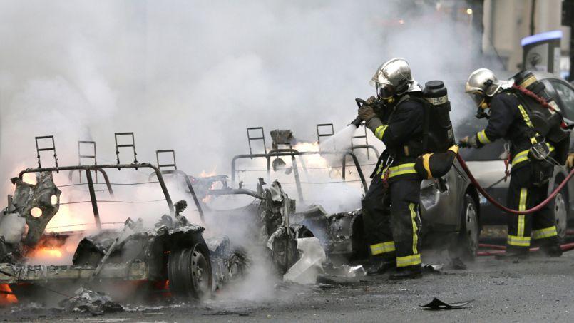 Deux véhicules du programme Autolib' sont parties en fumée ce lundi, rue de Charonne, à Paris.