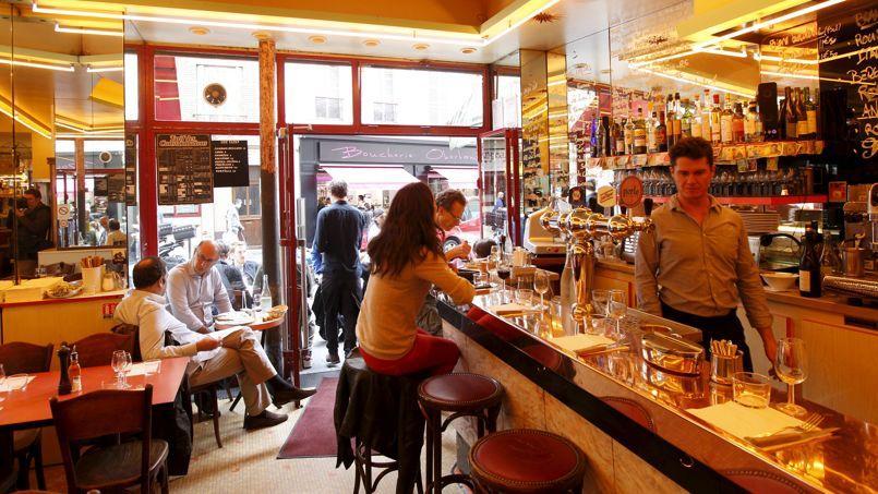 Un look de bar PMU aux Deux Amis, où l'onse bouscule pour trouver son coin de guéridon.