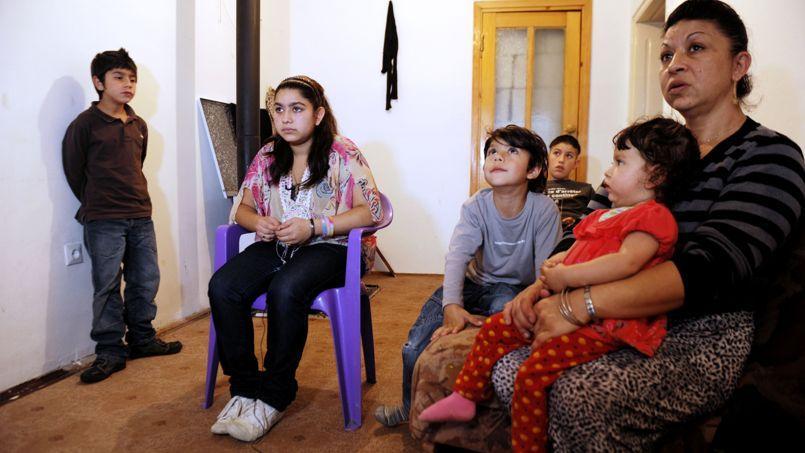 Leonarda (sur la chaise violette) avec sa mère, ses frères et sa sœur, mercredi à Mitrovica, au Kosovo.