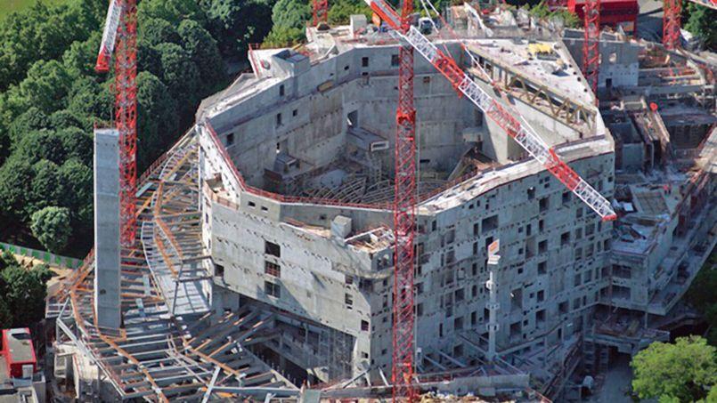 Sur le chantier de la future Philharmonie de Paris signé Jean Nouvel, porte de la Villette, cet été à Paris.