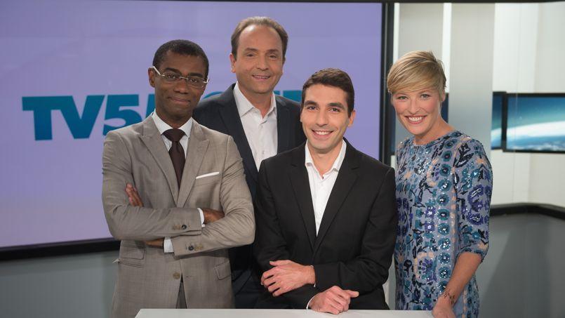 L'équipe du nouveau journal télévisé sur le plateau de TV5 Monde.