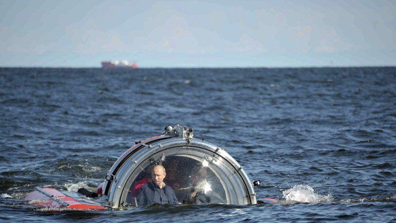 Ancien officier du KGB, Vladimir Poutine effectue, le 15 juillet, une plongée dans la mer Baltique à bord d'un engin insubmersible russe.