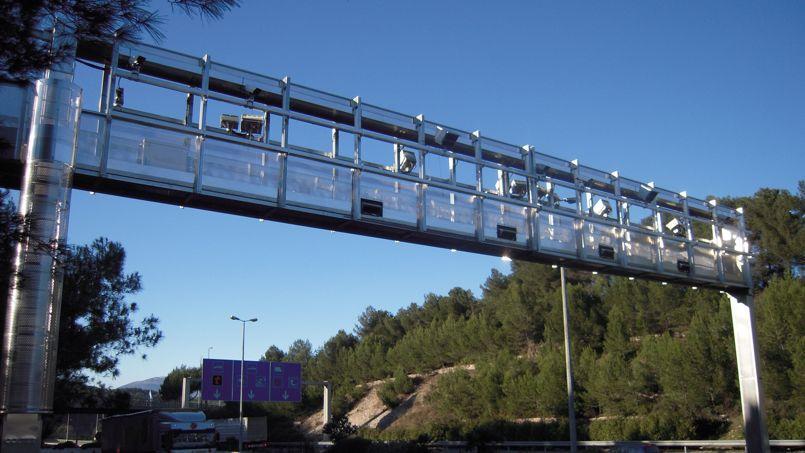 L'un des 180 portiques installés par Ecomouv' chargé de repérer les poids lourds de plus de 3,5 tonnes qui circulent sur les 15.000 kilomètres de routes écotaxés.