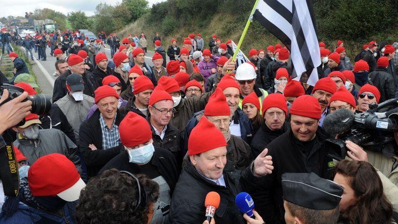 Près d'un millier de manifestants ont révêtu un bonnet rouge contre l'écotaxe autour du portique de Pont-de-Buis dans le Finistère.