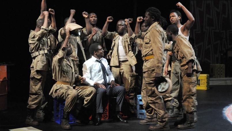 Marc Zinga (au centre) incarne Patrice Lumumba, un intellectuel visionnaire, galvanisant parlaparole desfoules qu'iléclaire.