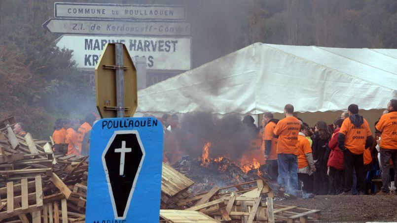 Des salariés de l'entreprise Marine Harvest, Le groupe norvégien, numéro un mondial du saumon, menacés par les licenciements , manifestent à proximité de l'usine du Finistère.
