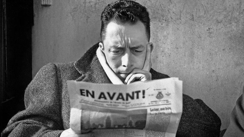 Albert Camus à la terrasse du café Les Deux Magots à Paris en 1945. Crédit photo: René Saint-Paul/Rue des Archives