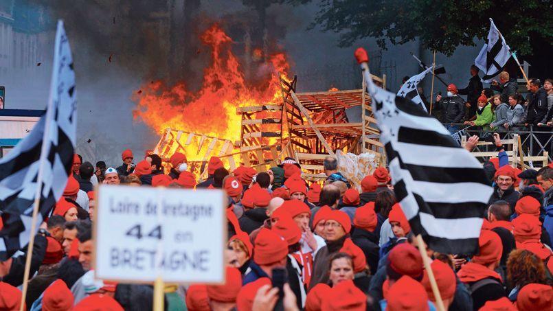 Les «bonnets rouges» défilent dans les rues de Qimper pour protester contre l'écotaxe et les suppressions d'emplois.