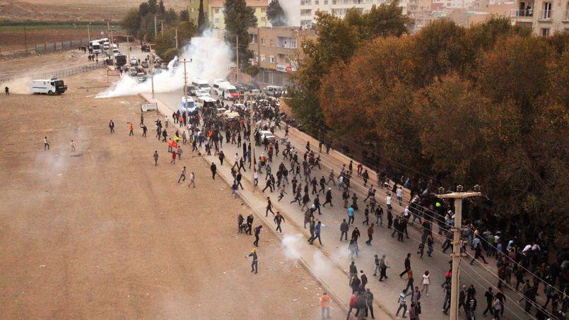 La police turque disperse les manifestants opposés à la construction du mur, mardi, à Nusaybin.