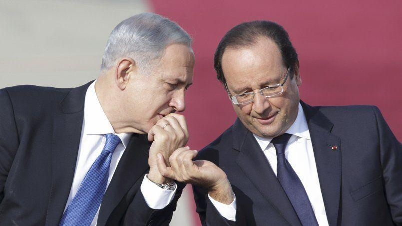 François Hollande s'entretient avec le premier ministre israélien, Benyamin Nétanyahou, lors de la cérémonie de bienvenue à l'aéroport Ben-Gourion, dimanche à Tel-Aviv.