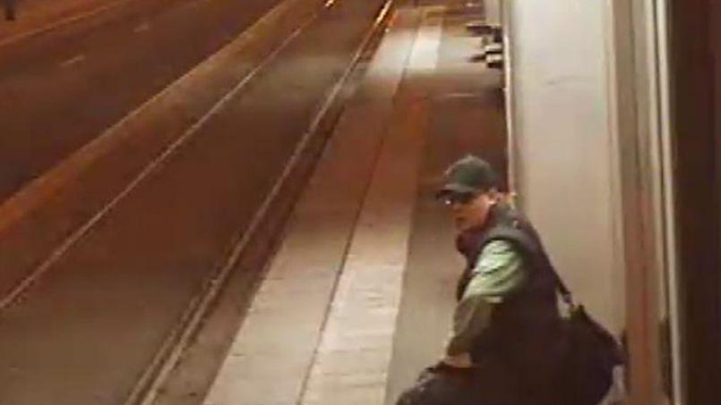La Préfecture de police a diffusé hier cette image du tireur, prise vendredi à la station de tramway (ligne 2) Porte d'Issy, à 6h42, le jour de son irruption dans le hall de BFMTV.