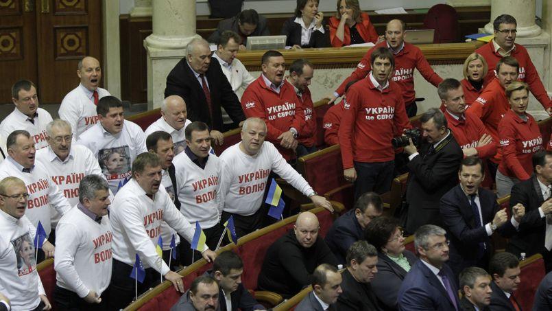 L'opposition a manifesté son mécontentement suite au vote, jeudi matin, du parlement ukrainien.