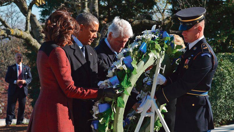 Le président américain Barack Obama (au centre), sa femme Michelle (à gauche) et l'ancien président Bill Clinton ont rendu hommage à John Fitzgerald Kennedy, mercredi au cimetière national d'Arlington (Virginie).