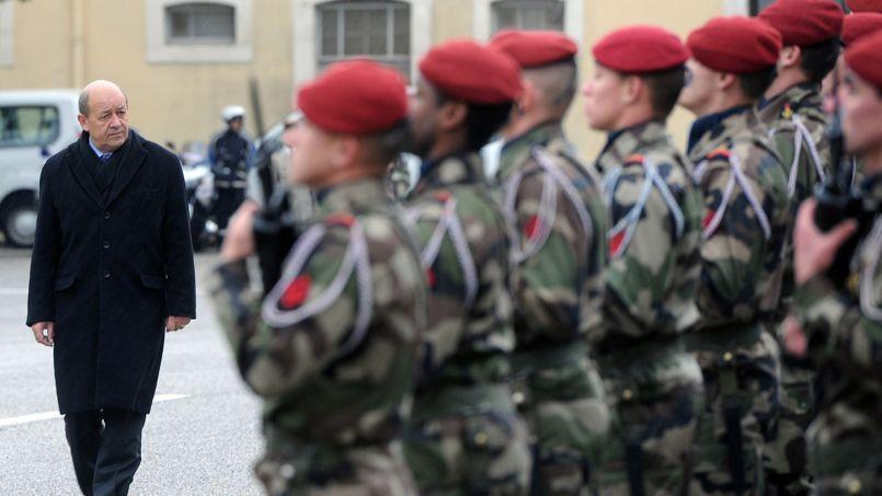 Jean-Yves Le Drian lors de sa visite au 3ème régiment de parachutistes d'infanterie de marine à Carcassonne, le 15 novembre.