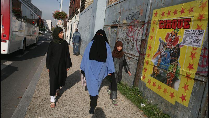 En France, la loi sur le voile intégral stipule que «nul ne peut, dans l'espace public, porter une tenue destinée à dissimuler son visage».