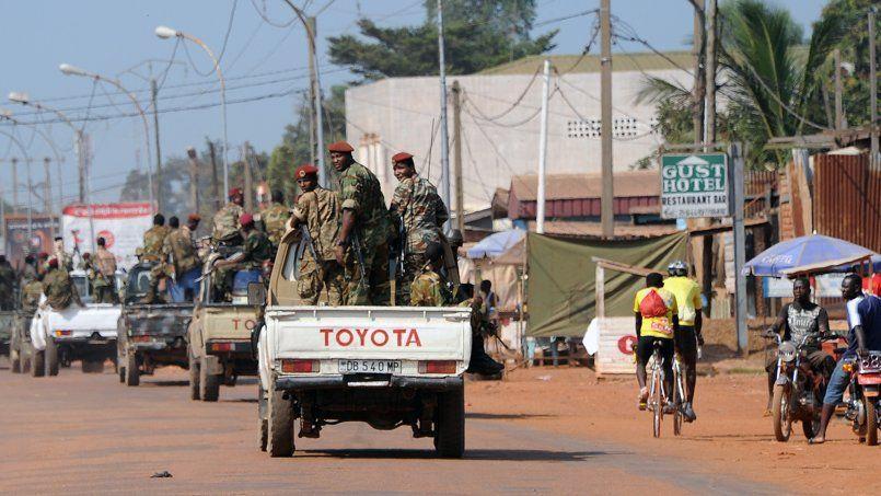 Les soldats de la Séléka patrouillent, le 1er décembre, dans les rues de Bangui.