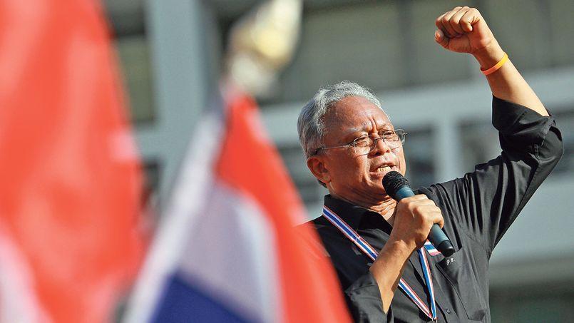 Suthep Thaugsuban, mercredi dernier à Bangkok. Le nouveau champion de l'opposition thaïe a promis le «grand soir» à ses supporteurs survoltés, massés autour de Democracy Monument, l'épicentre de la contestation dans la capitale.