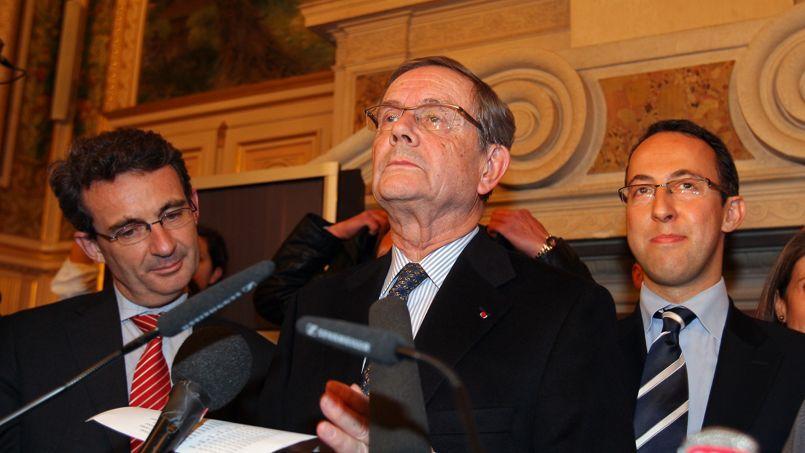 En mars 2008, Louis-Charles Bary (au centre), alors maire sortant de Neuilly-Sur-Marne, prononce une allocution aux cotés du nouveau maire Jean-Christophe Fromantin (à gauche) et du candidat dissident Arnaud Teullé (à droite).