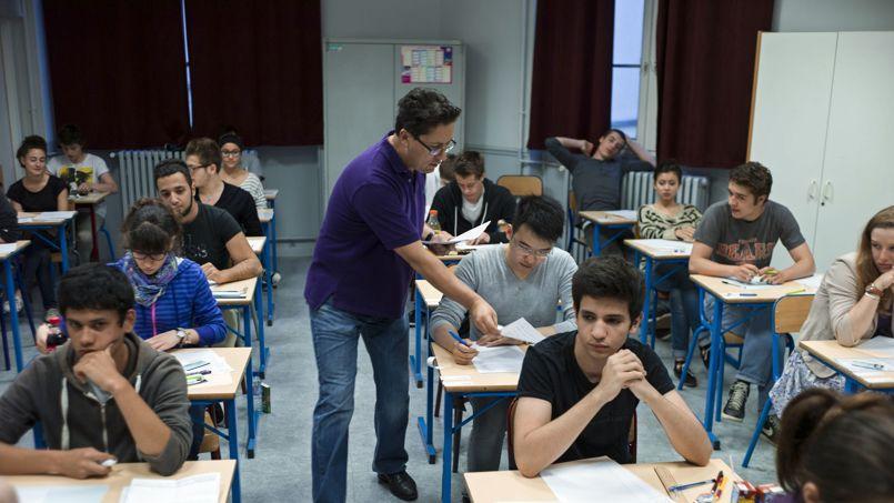Distribution des sujets de philosophie au baccalauréat, en juin 2013, au lycée Arago, à Paris.