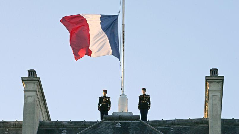 Le drapeau tricolore du Palais de l'Élysée, en berne, le 3 janvier 2005, après le séisme en Asie du Sud-Est.
