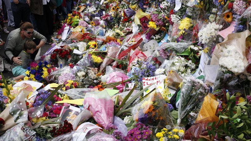 De nombreuses personnes viennent déposer des fleurs devant la demeure de l'ancien président sud-africain. Le quartier a été interdit aux voitures pour faciliter la circulation des piétons.