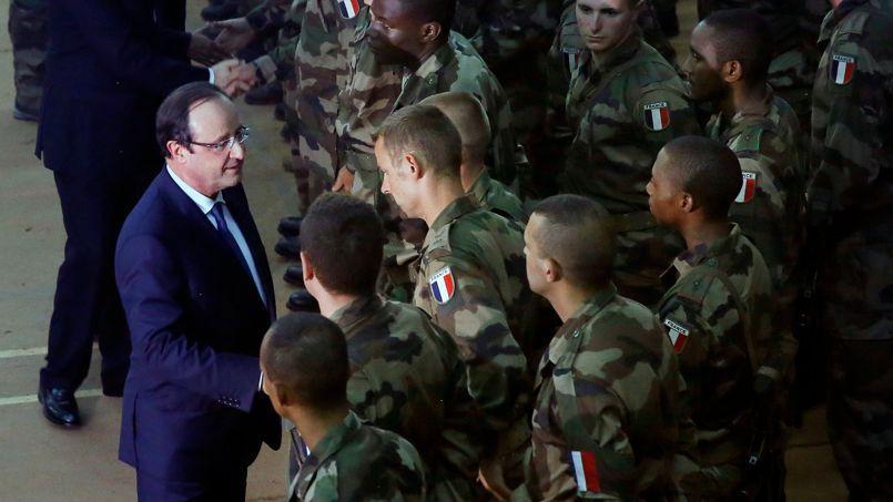 Dès son arrivée, le chef de l'État a salué les troupes françaises et s'est recueilli sur les dépouilles des deux soldats tués dans la nuit.