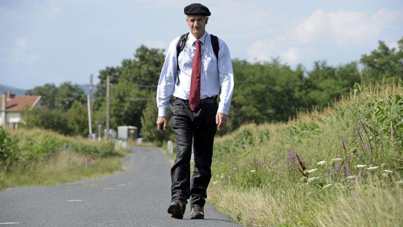 En 230 jours de marche, Jean Lassalle (ici en août, près de Corcelles-en-Beaujolais) a parcouru 6.000 kilomètres, à la rencontre des Français. Huit mois après son départ, il devrait atteindre Paris mercredi soir.