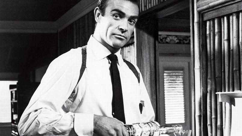 L'agent 007 (Sean Connery) s'accorde une énième pause Vodka Martini dans James Bond contre Dr. No de Terence Young (1962).