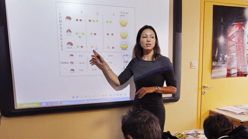 Une enseignante d'une classe de sixième du collège de Gémozac, en décembre 2011.
