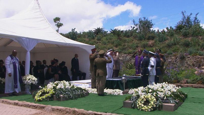 Nelson Mandela a été inhumé avec les honneurs militaires.