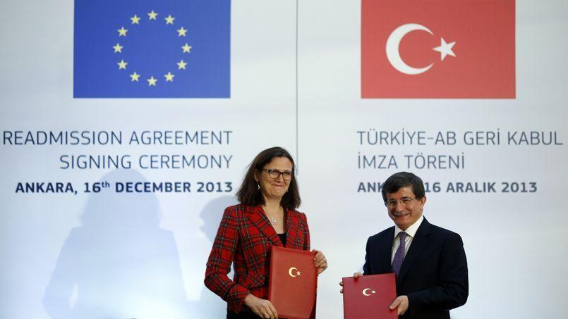La commissaire européenne aux Affaires intérieures, la Suédoise Cecilia Malmström, et le ministre des Affaires étrangères turc, Ahmet Davutoglu, lors de la signature de l'accord sur l'immigration, lundi à Ankara.