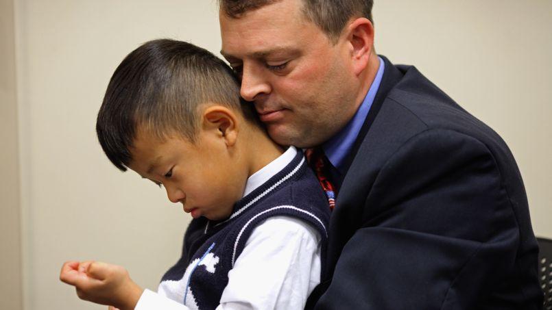 Un père adoptif et son enfant aux États-Unis. (Photo d'illustration).