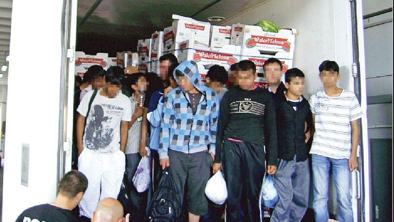 Parfois entassés dans des camions alimentaires, les migrants voyagent dans des conditions très difficiles.
