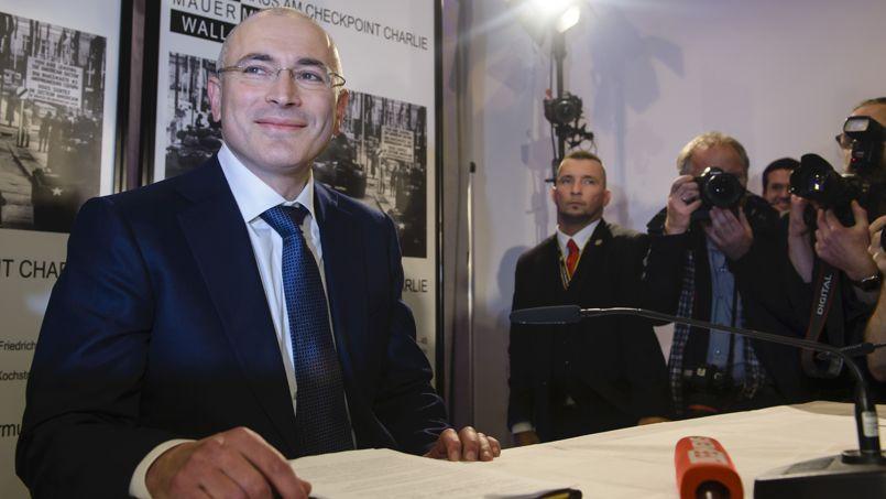 Mikhaïl Khodorkovski pendant sa conférence de presse, dimanche au Musée du Mur, à Berlin, à proximité de Checkpoint Charlie, le point de contrôle militaire qui marquait la limite entre l'Est et l'Ouest jusqu'à la chute du Mur en 1989.