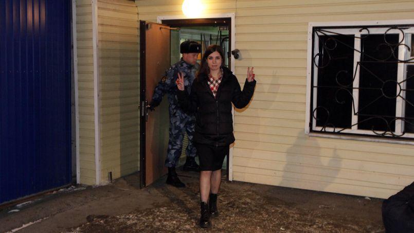 NadiaTolokonnikova fait le geste de la victoire à sa sortie de détention, lundi matin à Krasnoyarsk.