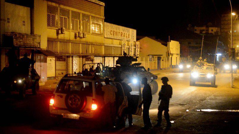 Des soldats français de la force «Sangaris» inspectent un véhicule qui a enfreint le couvre-feu imposé dans la capitale pendant la nuit du 24décembre à Bangui.