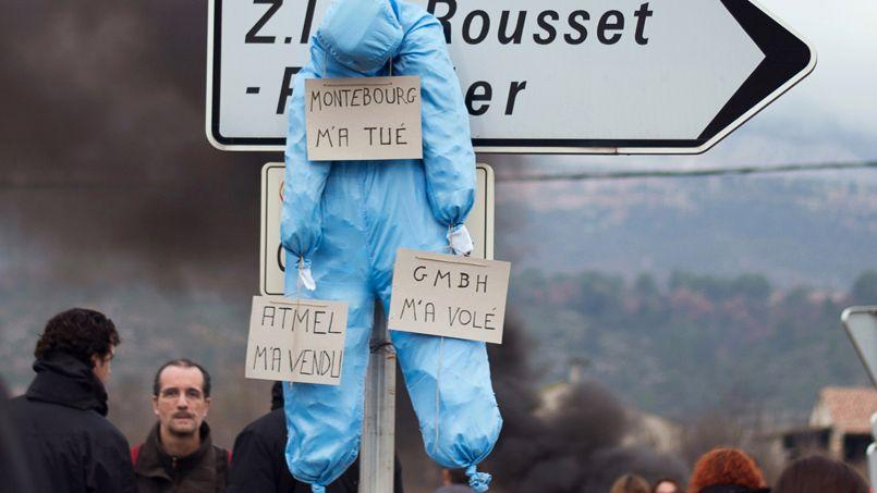 Un mannequin suspendu à un panneau de signalisation routière, a proximité de l'usine LFoundry de Rousset, près d'Aix-en-Provence.
