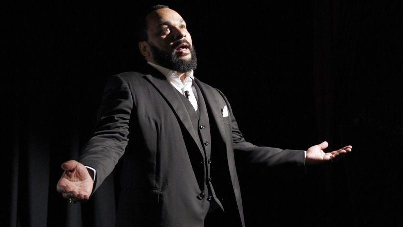 Dieudonné lors d'une représentation dans son théâtre de la Main d'Or.