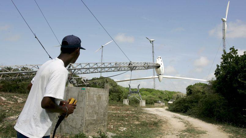 Dans ce parc de Saint-François, en Guadeloupe, opération de descente d'une éolienne bipale rapidement démontable, en vue de l'adapter aux normes anticycloniques.