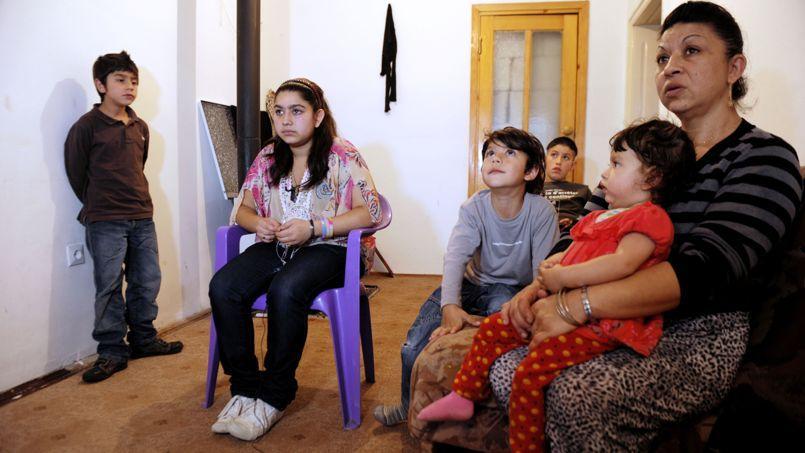 Leonarda, entourée de sa mère et de ses frères et soeurs, le 16 octobre 2013 à Mitrovica.