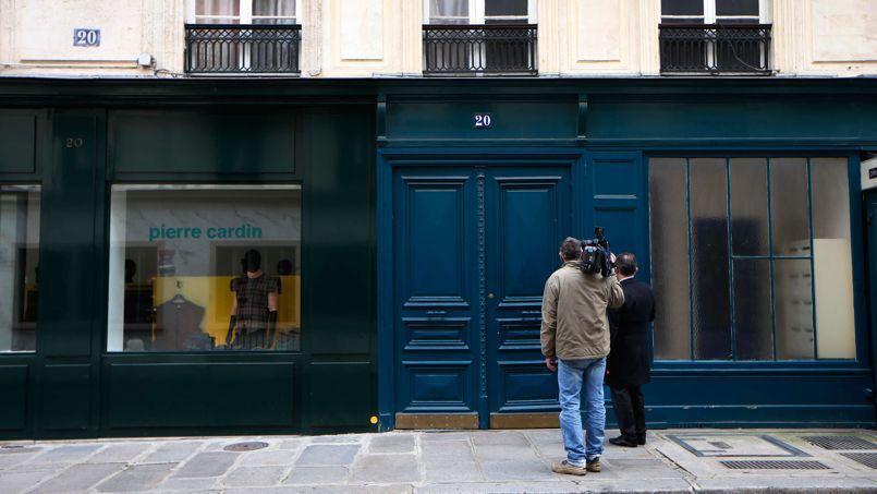 Un caméraman filme, lundi, l'immeuble du 20 rue du Cirque, près de l'Élysée, où se retrouvaient François Hollande et Julie Gayet.