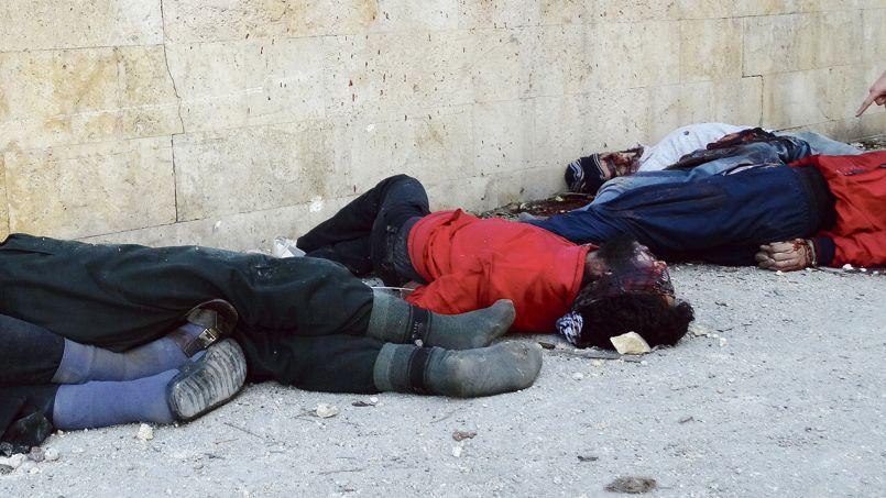 Des corps de prisonniers, abattus devant le QG de l'État islamique en Irak et au Levant (EIIL), à Alep, ont été retrouvés, le 8 janvier dernier, après la prise de la ville par les rebelles du Front islamique.