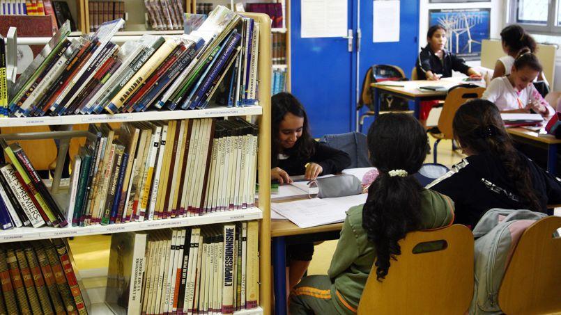 Des élèves du collège Robert-Desnos (ZEP) à Orly font leurs devoirs de classe, le 17 septembre 2007.