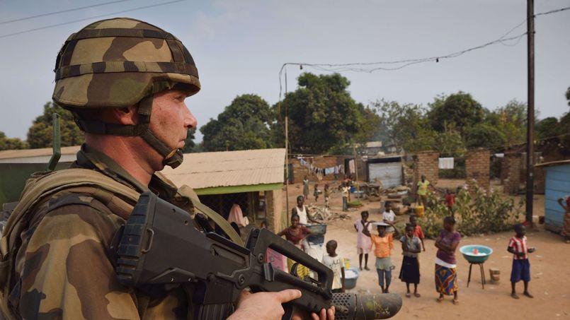 Un soldat français patrouille dans Bangui, le 15 janvier.
